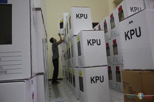 Penataan kotak surat suara pemilu 2019 di Kecamatan (Luqmanul Hakim/Malang Times)