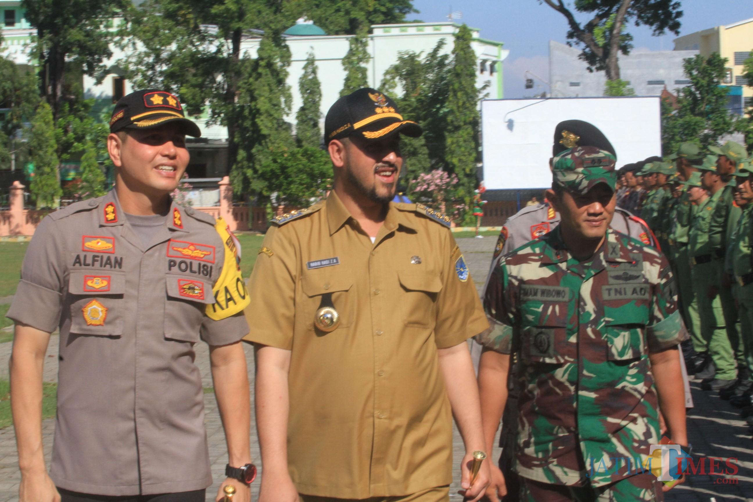 Kapolresta AKBP Alfian Nurrizal didampingi wali kotya dan dandim 0820 saat memeriksa kesiapan pasukan pengamanan pemilu di alun-alun (Agus Salam/Jatim TIMES)