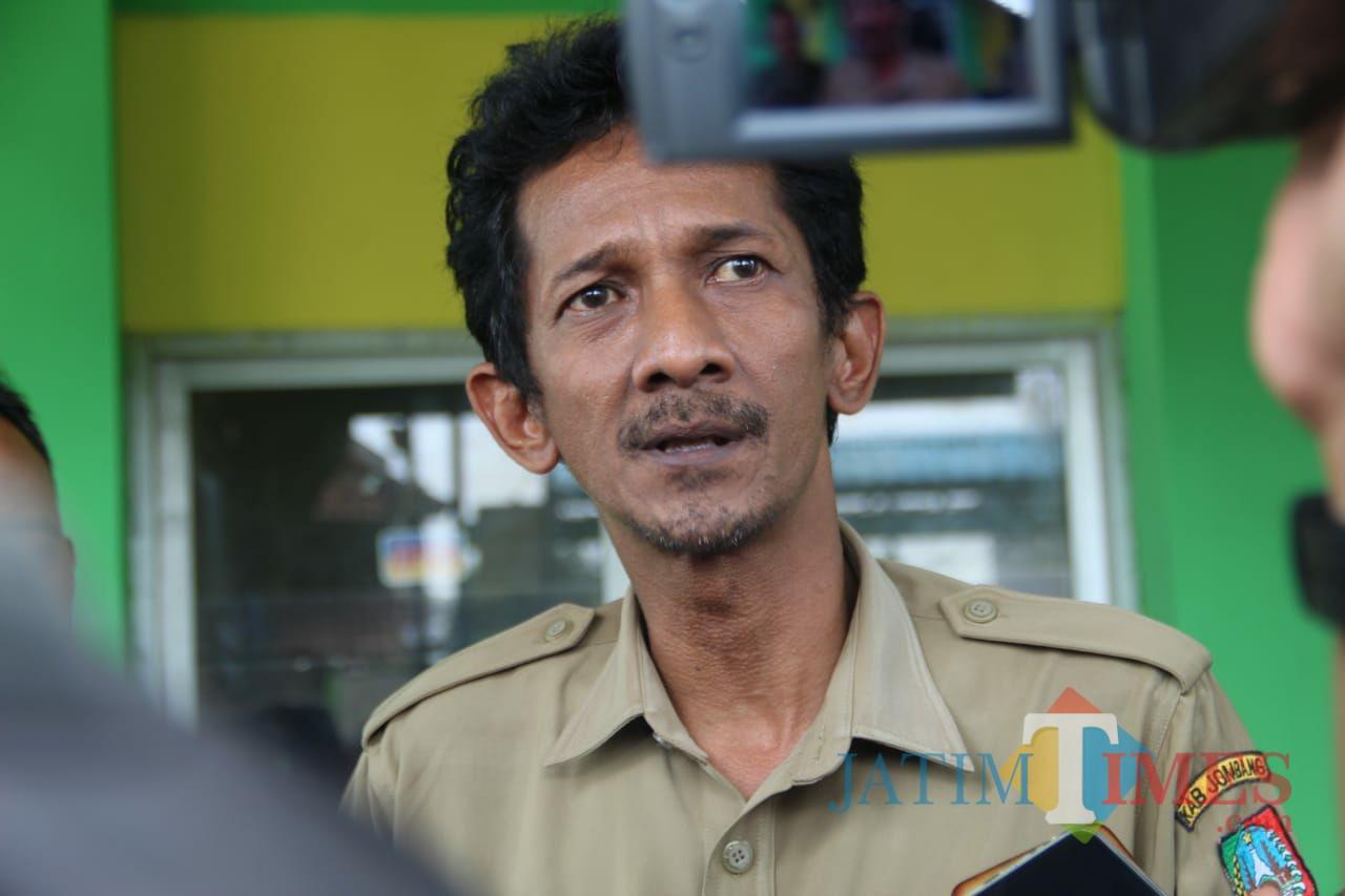 Kepala Desa Kepatihan Erwin Pribadi saat diwawancarai. (Foto : Adi Rosul / JombangTIMES)