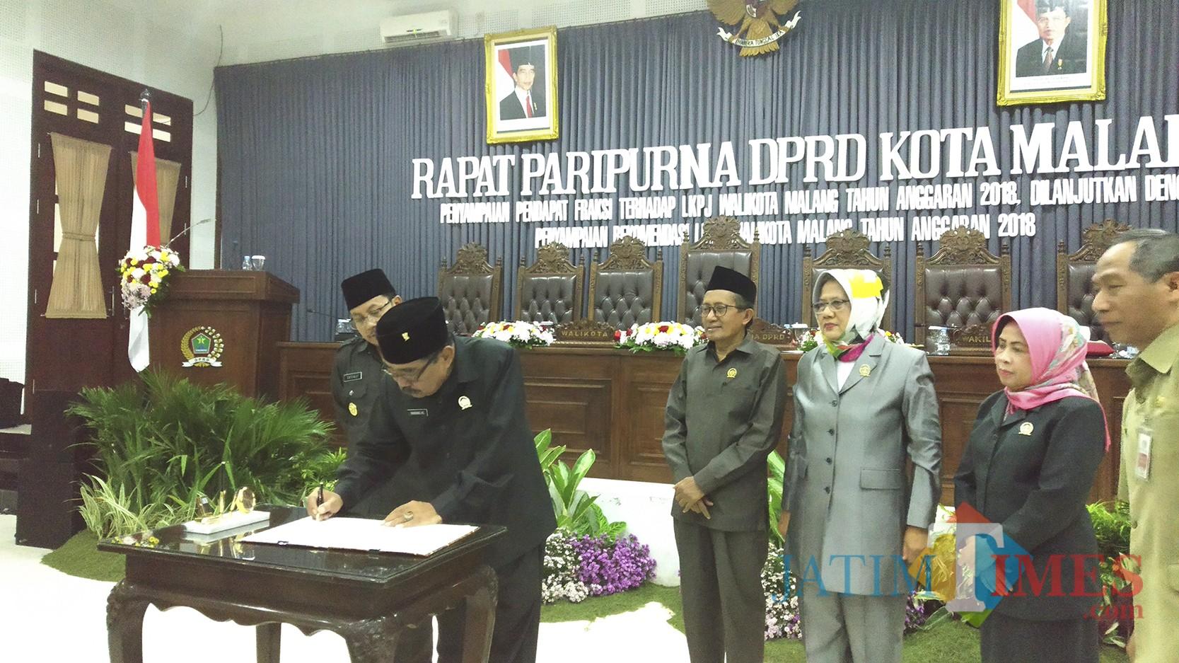Penandatanganan dokumen LKPJ Wali Kota Malang TA 2018 oleh Ketua DPRD Kota Malang Bambang Heri Susanto. (Pipit Anggraeni/MalangTIMES).