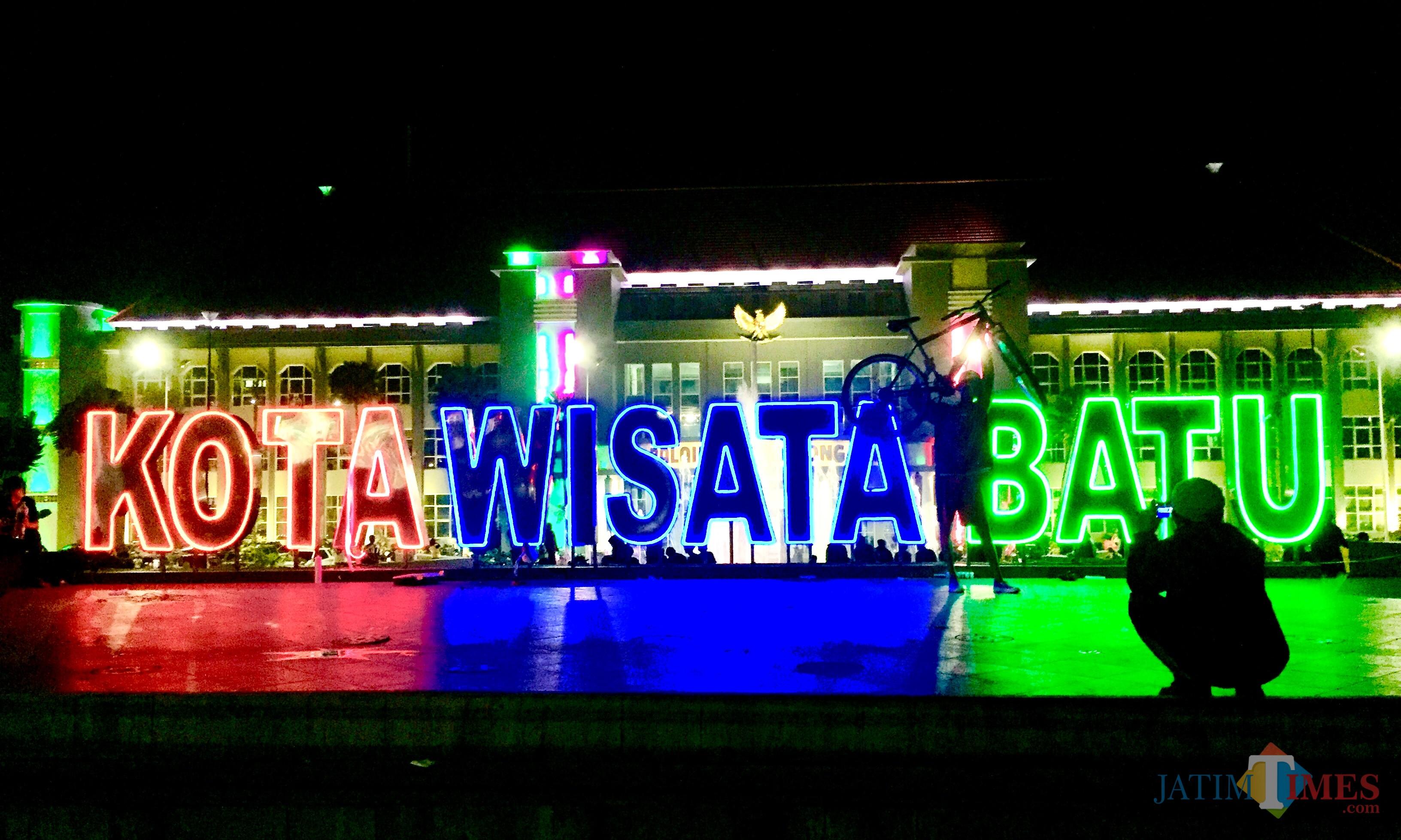 Lampu warna-warni hadir di tulisan Kota Wisata Batu di taman Balai Kota Among Tani. (Foto: Irsya Richa/MalangTIMES)