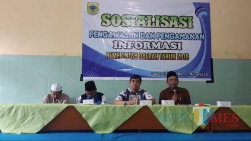 Para narasumber saat presentasi di hadapan puluhan santri dan masyarakat koncer darul aman. (Foto: Indra Setiawan/BondowosoTIMES)