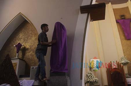 Persiapan Tri Hari Suci jelang perayaan Paskah di Gereja Ijen, Kota Malang. (Foto: Nurlayla Ratri/MalangTIMES)