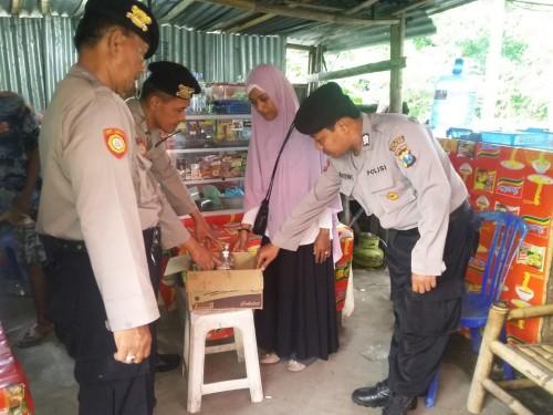 Petugas kepolisian saat melakukan razia miras disebuah toko (Humas Mahkota).