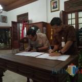 Plt Bupati Tulungagung, Maryoto Birowo (kiri) dan Kepala Kejaksaan,  Eko Adyaksono (batik coklat) menandatangani MoU (foto : Joko Pramono/Tulungagungtimes)