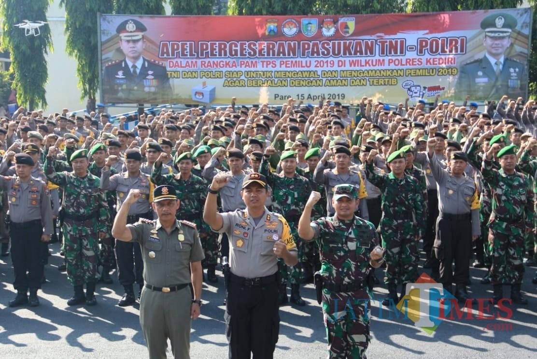 Polres Kediri menggelar apel pergeseran pasukan TNI Polri di halaman Mapolres Kediri, Senin (15/4/2019). (Foto: B. Setioko/JatimTIMES)