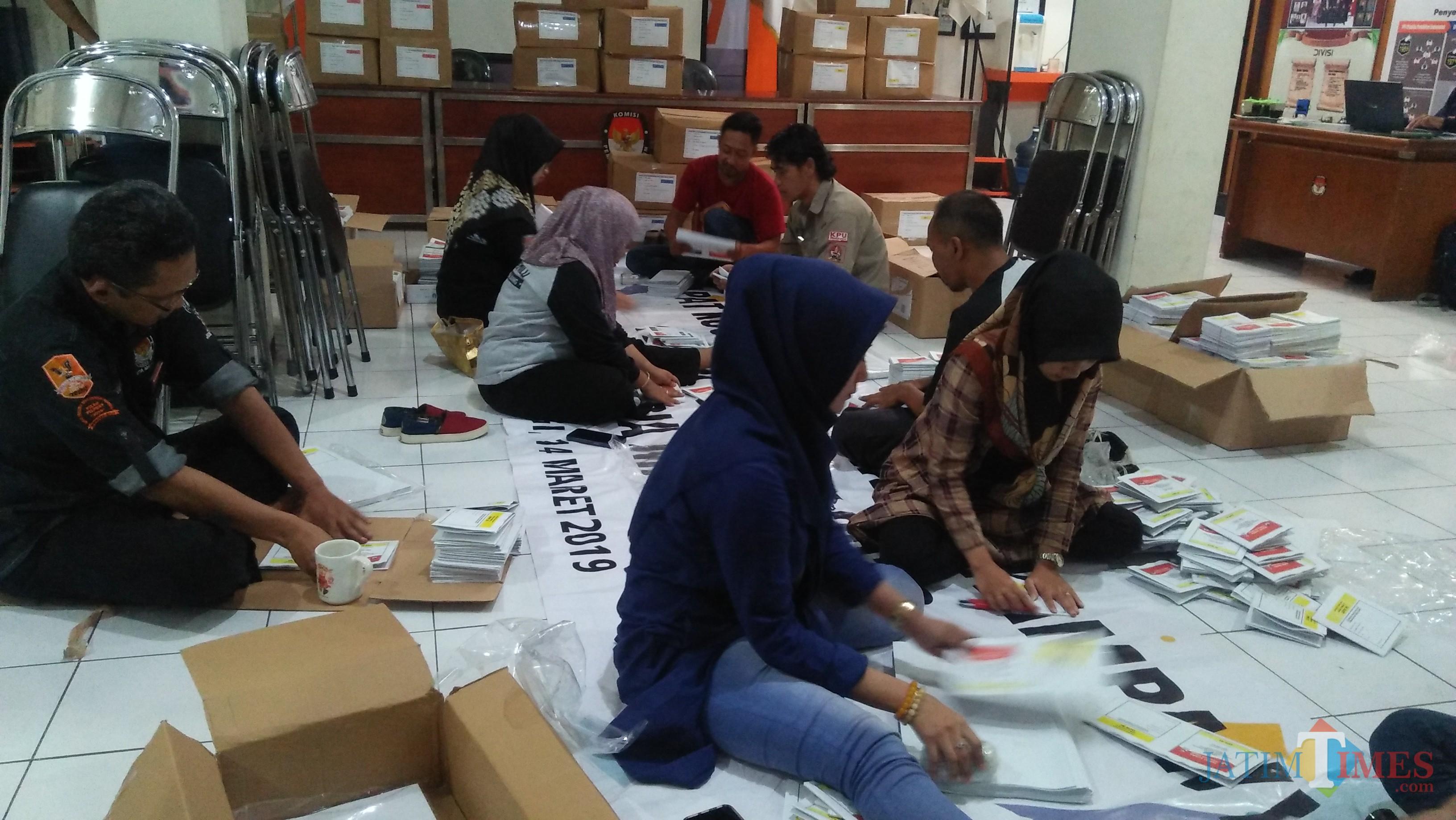 Proses pelipatan surat suara di kantor KPU Kota Malang. (Luqmanul Hakim/Malang Times)
