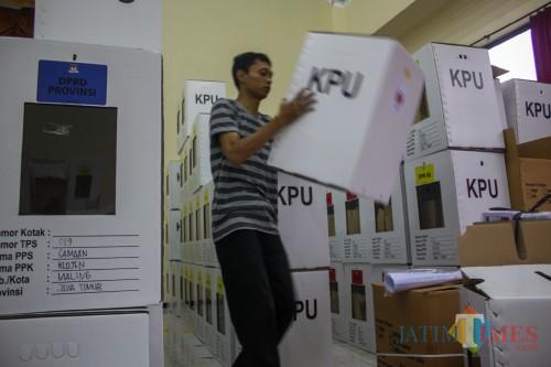 Proses penyetingan kotak suara untuk Pemilu 2019 oleh petugas dari PPK. (Luqmanul Hakim/Malang Times)
