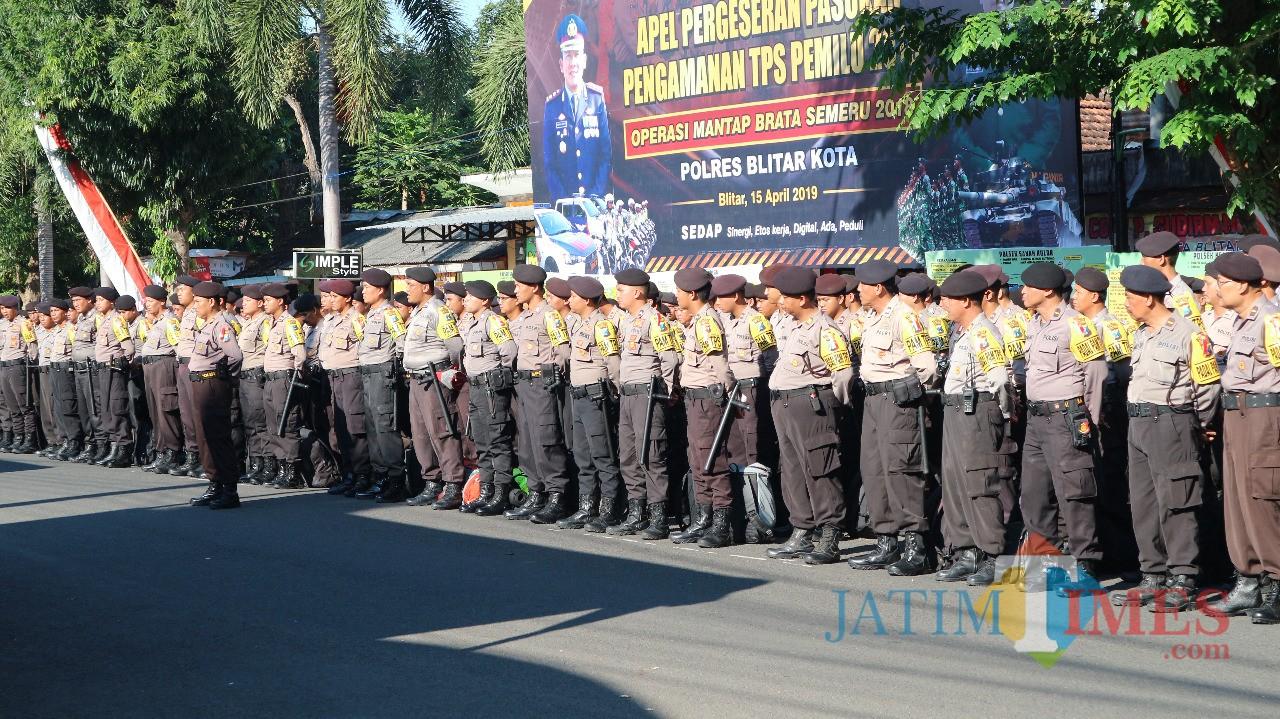 Ratusan anggota Polres Blitar Kota yang akan ditugaskan mengamankan TPS Pemilu 2019 di Kota Blitar.(Foto : Team BlitarTIMES)