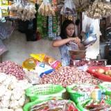 Salah satu pedagang bawang putih dan bawang merah di Pasar Legi, Kota Blitar. (Foto : Team BlitarTIMES)