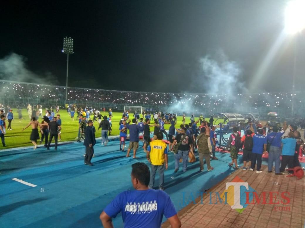 Situasi ketika Aremania turun ke lapangan untuk mengungkapkan kekecewaannya (foto: Hendra Saputra/ MalangTIMES)