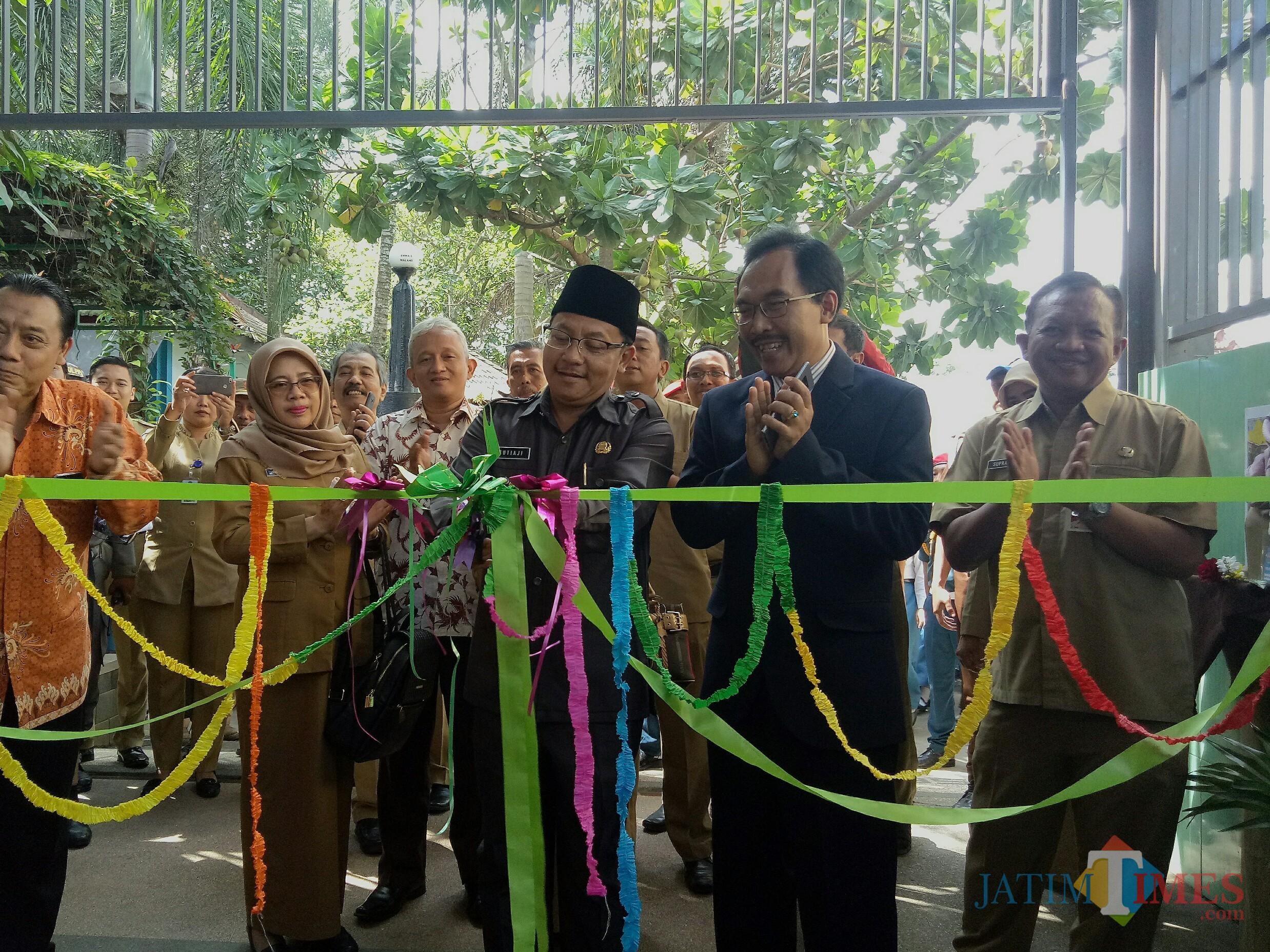 Wali Kota Malang Sutiaji bersama Kepala SMKN 6 Sidik Priyono (memakai jas) saat membuka gelaran Edu & Job Fair. (Foto: Imarotul Izzah/MalangTIMES)