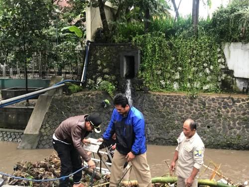 Wali Kota Malang Sutiaji (kiri kenakan jaket cokelat) saat turut membersihkan sampah bambu di saluran air atau drainase di kawasan Jl. Letjend Sutoyo (Istimewa)