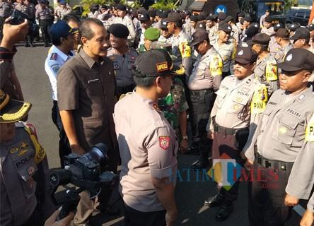 Kapolresta Kediri AKBP Anthon Haryadi bersama Plh Walikota Kediri Budwi Sunu saat memeriksa pasukan. (eko Arif s /JatimTimes)