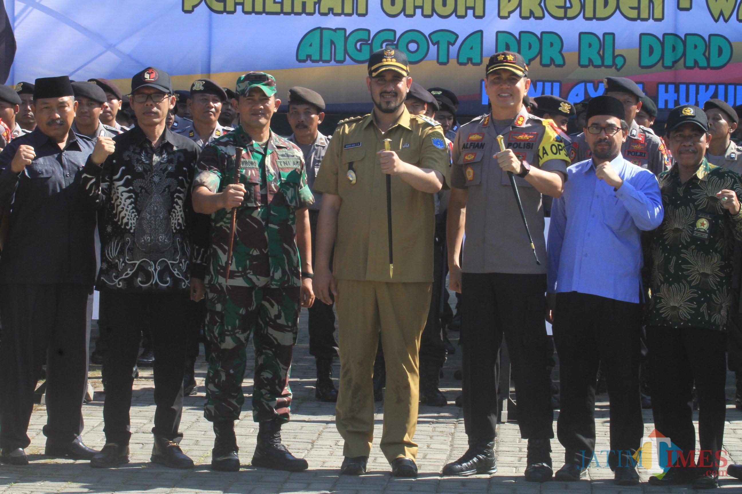 ketua FKUB Abdul Halim, paling kanan foto bareng usai apel gelar pergeseran pasukan di alun alun (Agus Salam/Jatim TIMES)