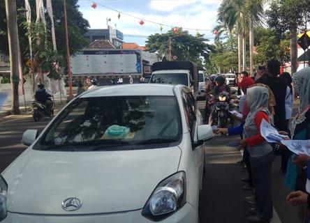 Sejumlah Pengawas TPS membagikan Pamflet pada pengguna jalan