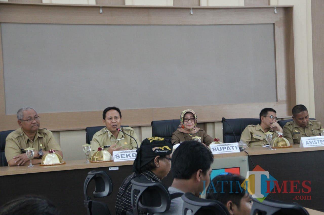 (tengah berjilbab) Bupati Jombang Hj Mundjidah Wahab saat berdialog dengan awak media di ruang Swagata Pemkab Jombang. (Foto : Adi Rosul / JombangTIMES)