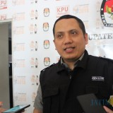 Anggota Komisioner KPU Kabupaten Jombang, Abdul Wadud Burhan Abadi saat diwawancarai di kantor KPU oleh sejumlah wartawan. (Foto : Adi Rosul / JombangTIMES)