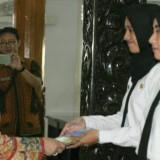 Bupati Kediri Hj Haryanti Sutrisno serahkan SK kepada CPNS. (foto /istimewa)