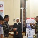 Gubernur Khofifah saat meninjau Desk Pilpres dan Pilleg 2019 Jawa Timur di� Gedung Negara Grahadi Surabaya, Selasa (16/4).