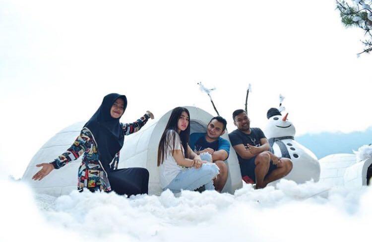 Via Vallen bersama keluarga berada di spot swafoto Eskimo Batu Flower Garden, Coban Rais, Desa Oro-Oro Ombo, Kecamatan Batu. (Foto: Instagram @viavallen)