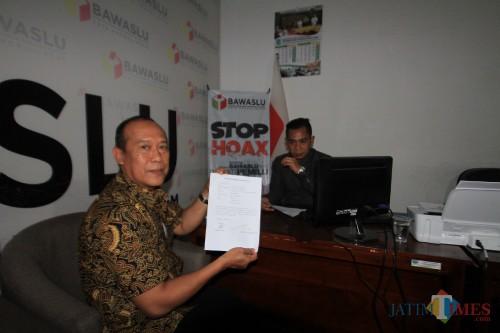 Ketua DPRD Kota Probolinggo, saat melapor ke Bawaslu  (Agus Salam/Jatim TIMES)