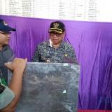 Plt Bupati Tulungagung, Maryoto Birowo (baju abu-abu) mendengar penjelasan Ketua KPU Tulungagung,  Mustofa (kiri bertopi hitam) (foto : Joko Pramono/Tulungagungtimes)