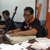 Petugas-petugas KPU Kota Malang tengah mengebut pemenuhan kebutuhan logistik pemilu. (Foto: Nurlayla Ratri/MalangTIMES)