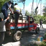 Petugas saat menyalurkan logistik Pemilu 2019 di lokasi rawan karena faktor gografis, Kabupaten Malang (Foto : Humas Polres Malang for MalangTIMES)