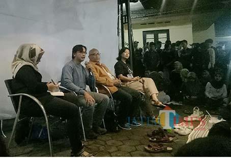 Salah satu produser Sexy Killers, Arief Fiyanto (pegang mic) saat diskusi usai nobar. (Foto: Imarotul Izzah/MalangTIMES)