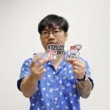 Reza Mustar komikus Indonesia menunjukkan stiker pemilu buatannya. (Foto: instgram @komikazer)