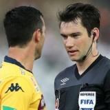 Wasit ketika memimpin sebuah pertandingan (Soccerio.net)