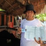 Bambang menunjukkan KTP dan kartu keluarganya  (Agus Salam/Jatim TIMES)