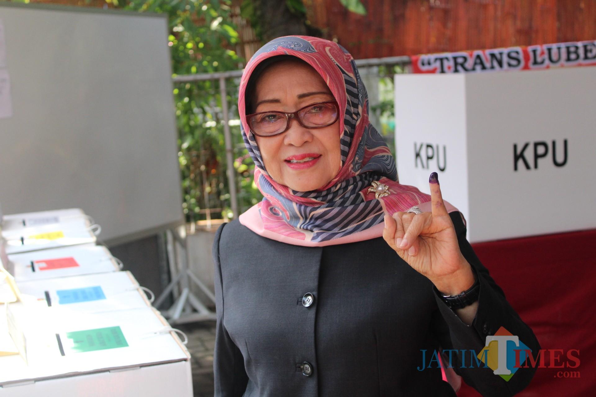 Bupati Jombang, Hj Mundjidah Wahab menunjukkan jari kelingkingnya sebagai tanda telah melakukan pencoblosan. (Foto : Adi Rosul / JombangTIMES)