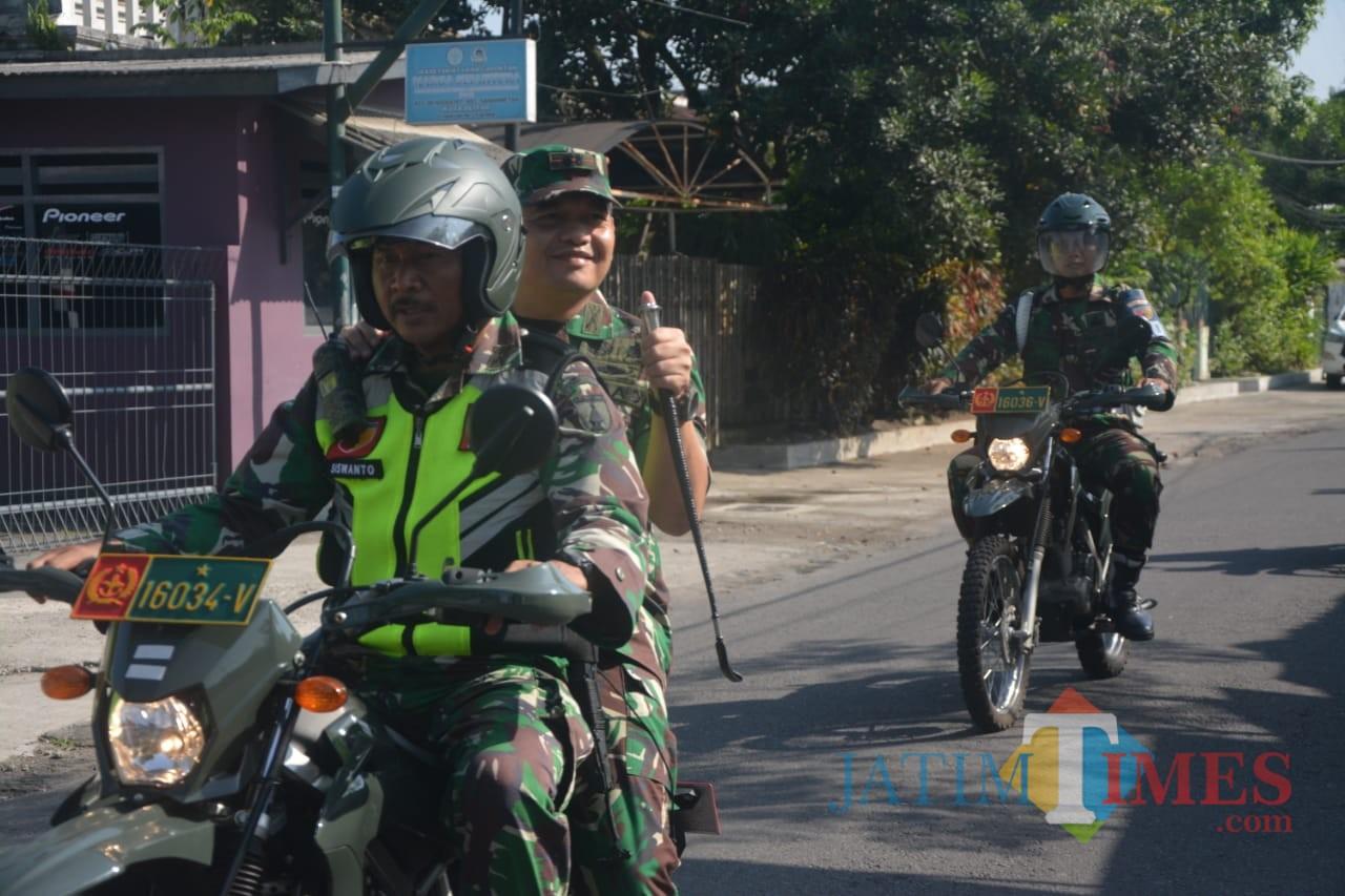 Dandim 0808/Blitar Letkol Inf Kris Bianto dan anggota patroli menggunakan motor