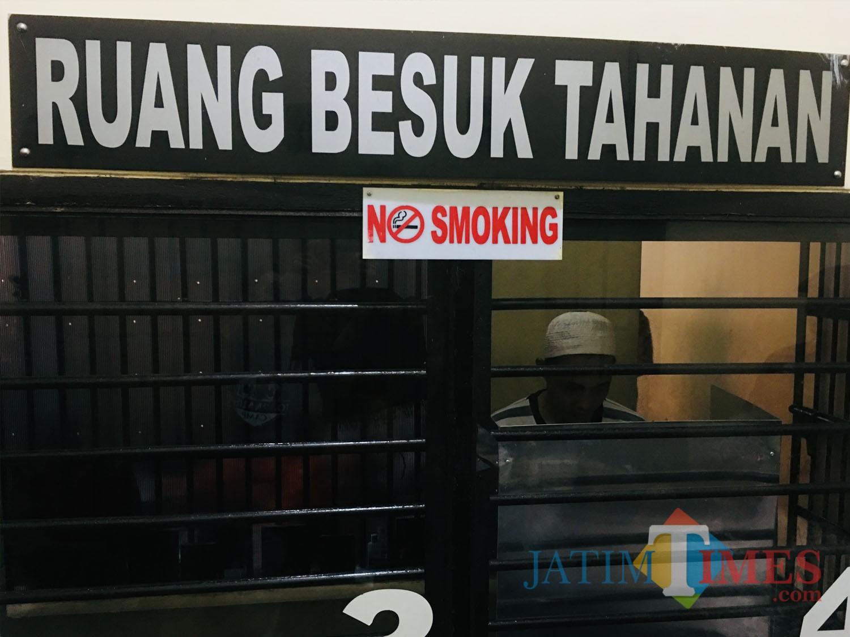 Salah satu tahanan saat menyalurkan hak pilihnya melalui TPS yang didatangkan kedalam tahanan Polres Malang, Kabupaten Malang (Foto : Ashaq Lupito / MalangTIMES)
