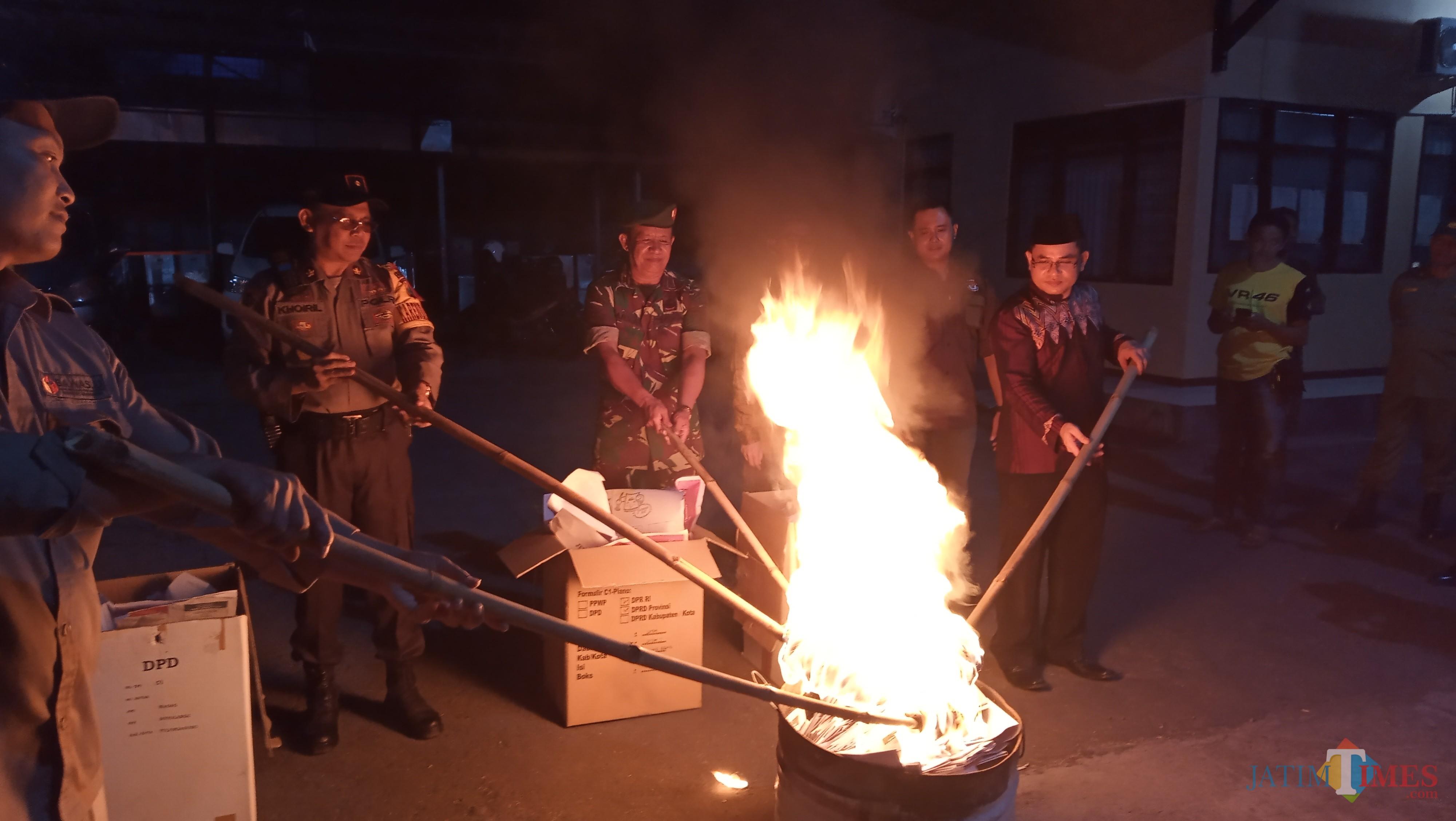 KPU dan unsur tiga pilar bakar surat suara yang rusak dengan disaksikan Bawaslu Tulungagung (foto: Joko Pramono/JatimTIMES)