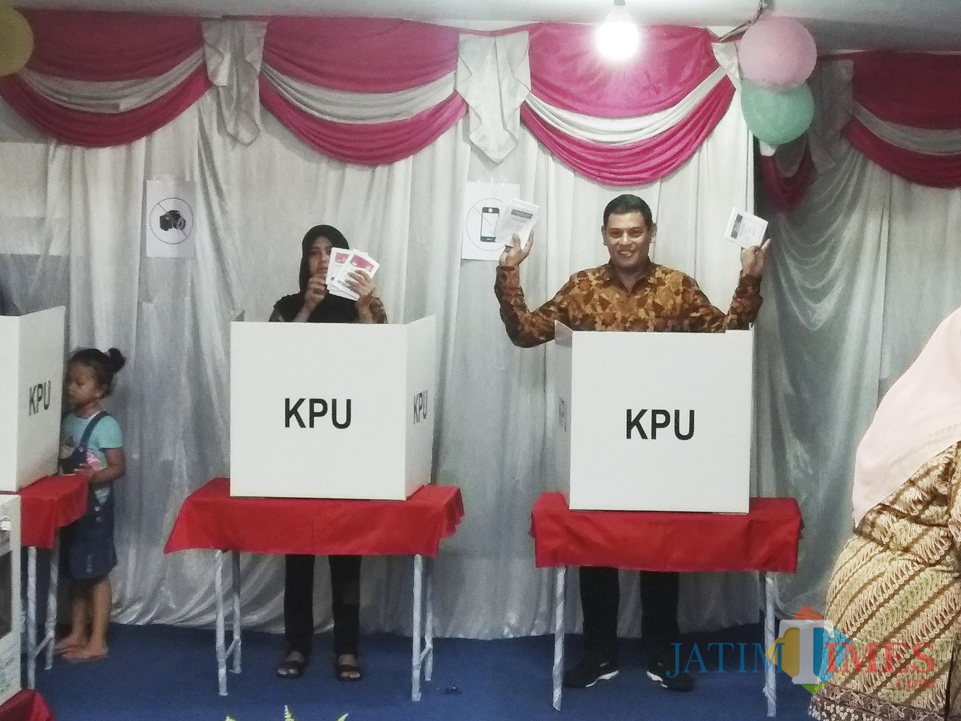 Wali Kota Kediri terpilih Abdullah Abu Bakar bersama istrinya saat mencoblos di TPS Kelurahan Banjaran Kota Kediri. (Eko Arif S /JatimTIMES)