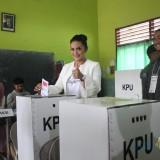 Krisdayanti memasukkan surat suara untuk capres dan cawapres di TPS 02 di Kota Batu (Luqmanul Hakim/MalangTIMES)