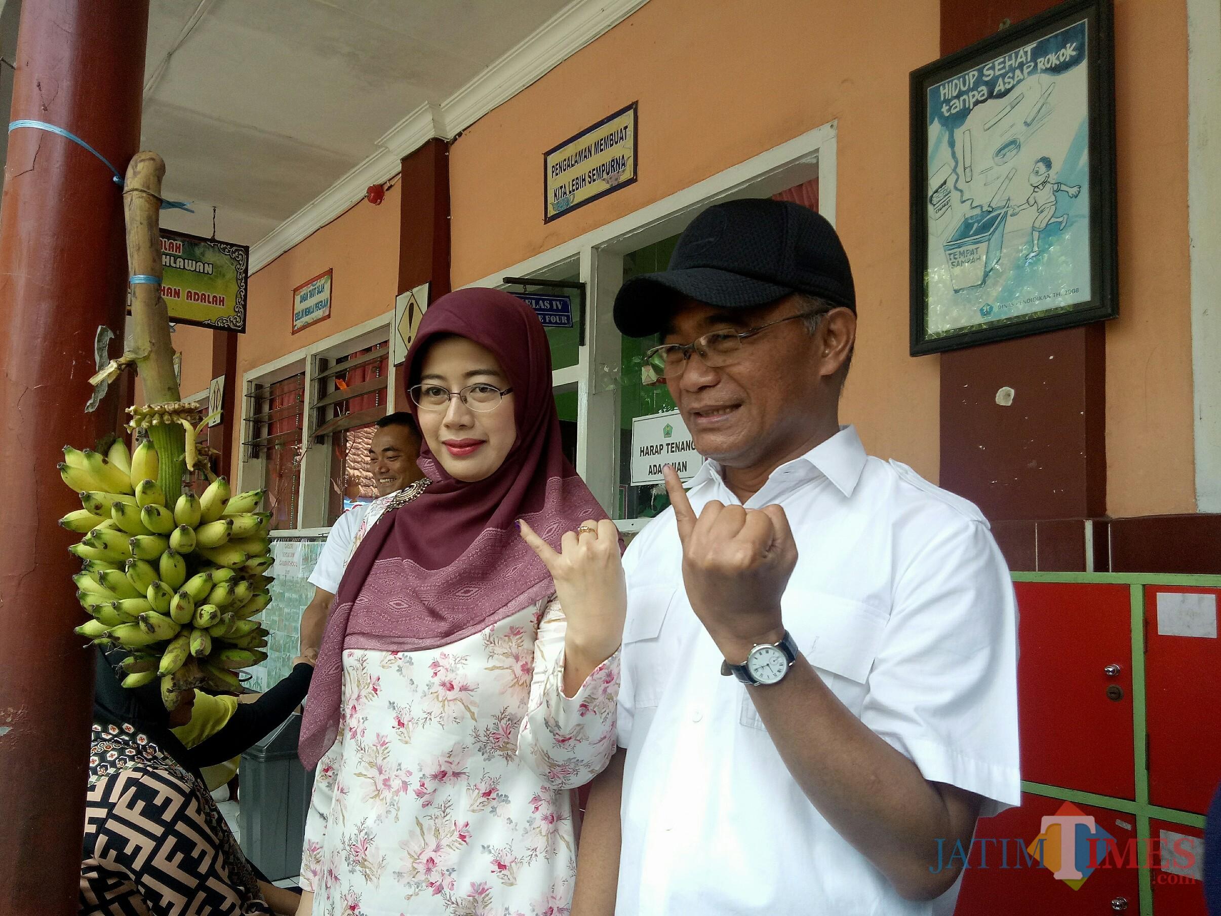 Mendikbud Muhadjir Effendy bersama istri usai mencoblos di TPS 20, Jatimulyo. (Foto: Imarotul Izzah/MalangTIMES)