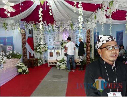 Suasana TPS 16 Desa Kromengan dengan konsep pesta pengantin. Ketua KPPS 16 Purwadi saat menyampaikan konsep di sela pencoblosan (Nana)