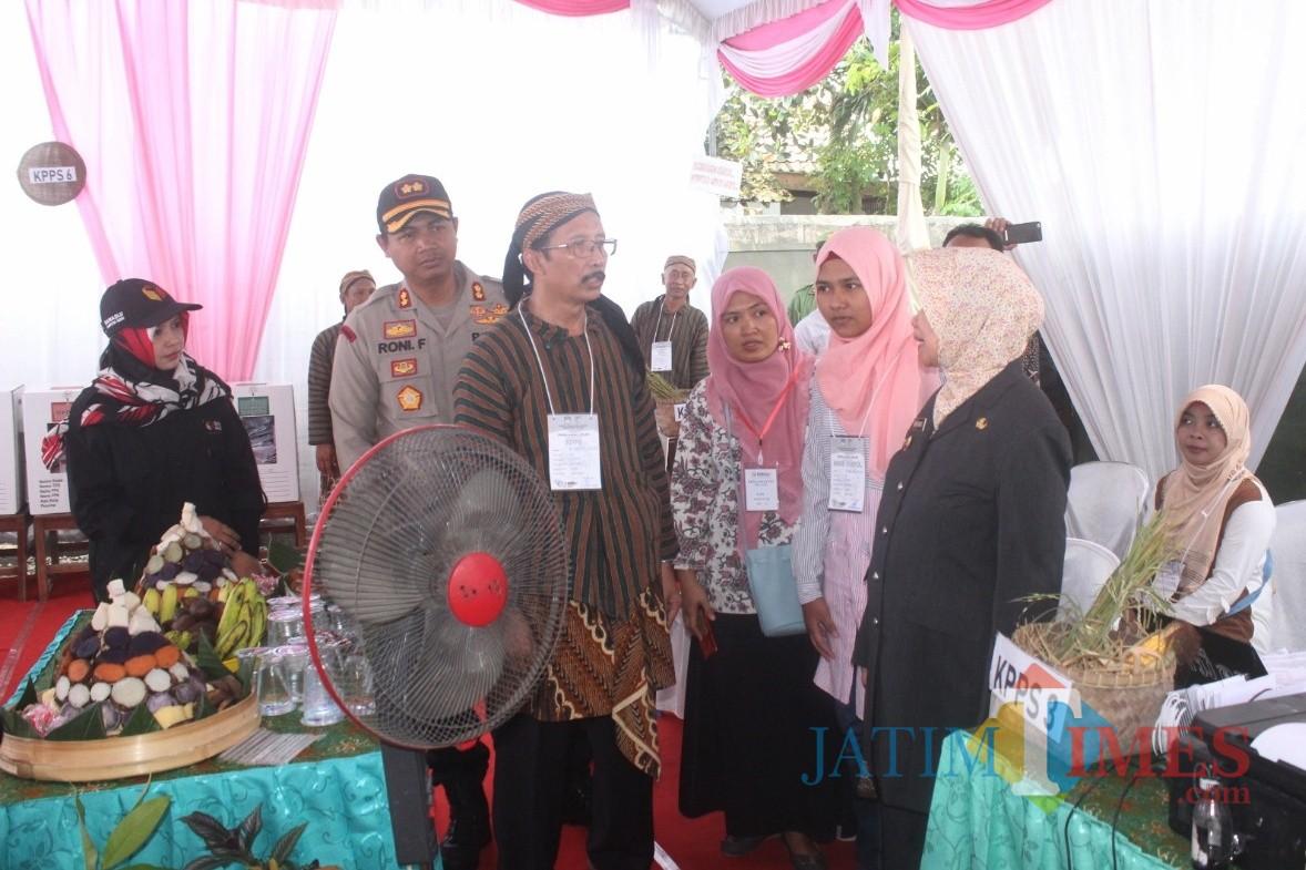 Pastikan Pemilu Lancar, Kapolres Bersama Bupati  Kediri Tinjau TPS. (Foto: B. Setioko/JatimTIMES)