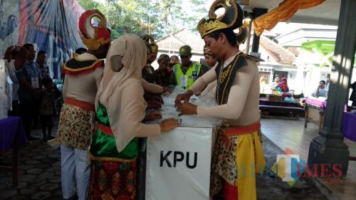 Petugas KPPS di TPS 04 yang mengenakan kostum wayangan guna menarik pemilih datang ke TPS, Kecamatan Pakisaji (Foto : Ashaq Lupito / MalangTIMES)