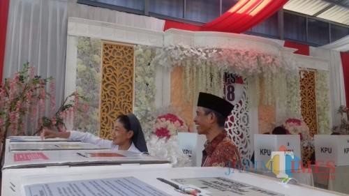 Suasana TPS 18 Kelurahan Gadingkasri, Kota Malang yang didekorasi mirip ruangan pesta pernikahan. (Foto: Nurlayla Ratri/MalangTIMES)