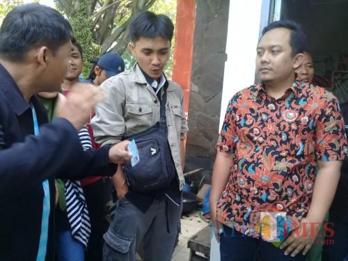 Komisioner Divisi Perencanaan dan Data, KPU Kota Malang, Deny Rachmat Bachtiarsaat mediasi kepada masa yang yang protes (foto dok. Malang Times)