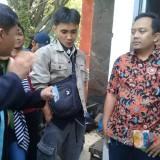 Komisioner Divisi Perencanaan dan Data, KPU Kota Malang, Deny Rachmat Bachtiar�saat mediasi kepada masa yang yang protes (foto dok. Malang Times)