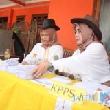 Para PPS di TPS 35 di Kota Batu yang berdandan ala Cowboy (Luqmanul Hakim/Malang Times)