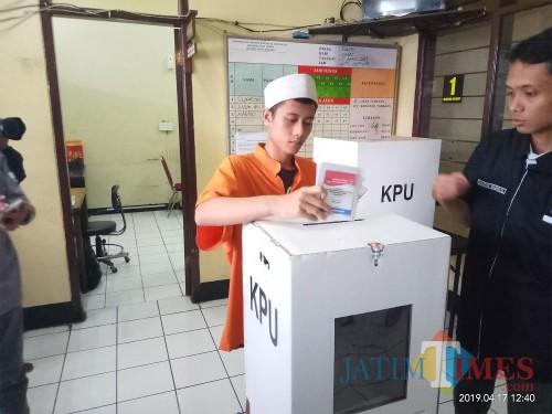 Tahanan Polres Malang Kota yang mencoblos (Anggara Sudiongko/MalangTIMES)