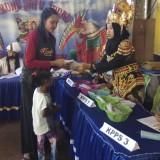 Petugas KPPS  mengenakan kostum Barong untuk menarik minat masyarakat datang ke TPS