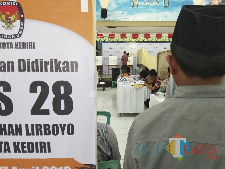 Para santri Lirboyo saat menyalurkan hak pilihnya. (Eko Arif S /JatimTIMES)
